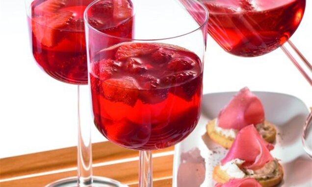 Сладък пунш от ягоди и касис